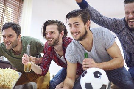 Photo pour Grandes émotions en regardant le match de football - image libre de droit