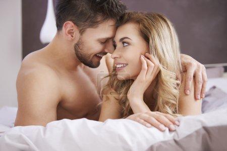 Photo pour Joyeux couple amoureux. Ça a dû être l'amour dès le premier soupir. - image libre de droit