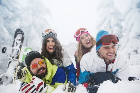 Photo pour Amis de préparation de planche à neige dans les montagnes. Bonne humeur est indispensable tout en étant avec des amis - image libre de droit
