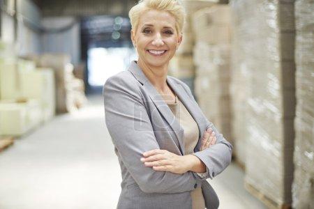 Photo pour Femme d'affaires travaillant dans un entrepôt de distribution - image libre de droit