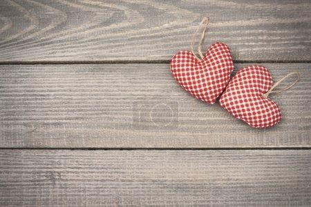 Photo pour Amour de Saint Valentin, deux coeurs rouges et blancs textile - image libre de droit