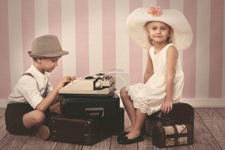 Photo pour Fille en attente d'une lettre romantique de garçon - image libre de droit