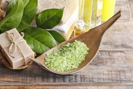 Photo pour Sel de mer verte et barre de savon sur la table en bois naturel. Temps de Spa - image libre de droit