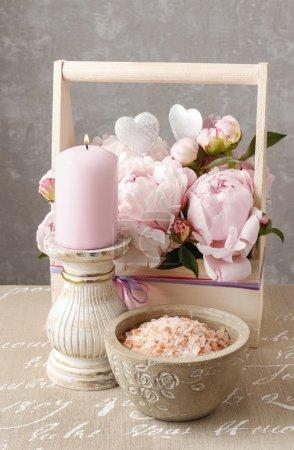 Photo pour Boîte en bois avec pivoines roses, bougie parfumée et bol de sel de mer. Temps de Spa - image libre de droit