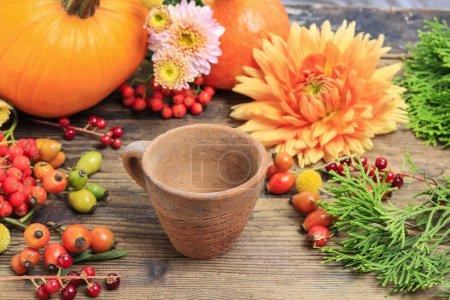 Photo pour Fleuriste au travail. Comment faire des décorations florales d'automne. Tutoriel, étape par étape . - image libre de droit