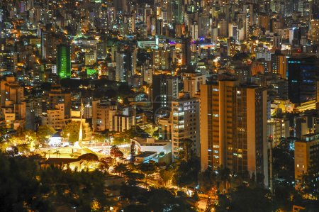 Foto de Vista nocturna de The Big Belo Horizonte, Minas Gerais, Brasil  . - Imagen libre de derechos
