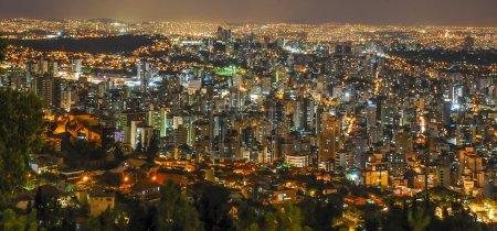 Foto de Vista panorámica de noche. Metrópolis de Belo Horizonte, Minas Gerais, Brasil  . - Imagen libre de derechos