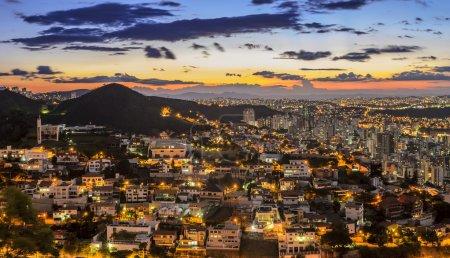 Foto de Vista de Belo Horizonte después del atardecer, Minas Gerais, Brasil  . - Imagen libre de derechos