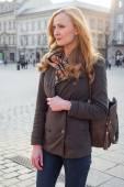 Blonďatá žena chůze na ulici