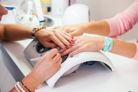 Photo pour Woman hand on manicure treatment in beauty salon. Beauty parlour. Indoor photo - image libre de droit