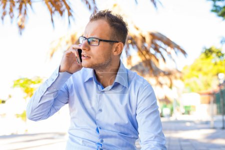 Photo pour Jeune touriste sous le palmier avec téléphone portable. Émotion négative. Temps de vacances . - image libre de droit
