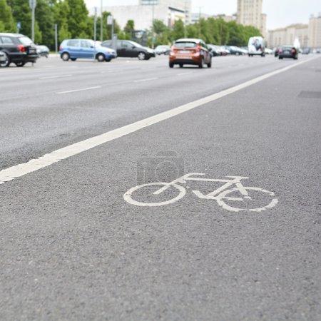 Photo pour Piste cyclable sur une rue du centre de Berlin - image libre de droit