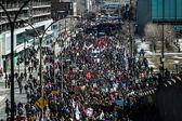 Pohled shora demonstrantů v zabalené ulic