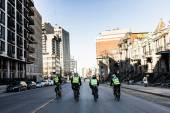 Čtyři policisté pomocí kolo pro rychlé a snadné stěhování