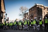 Policajti dělat čáry kontrolovat protestující