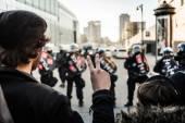 Muž, takže znamení míru před policajty