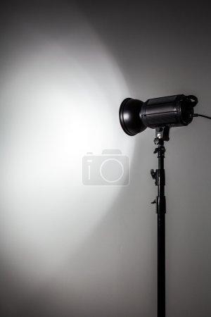 Forme blanche et lumineuse créée avec des éclairs de lumière Studio