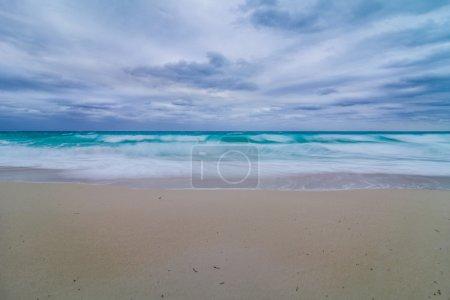 Photo pour Mer agitée et vagues et mauvais temps sur la plage en vacances - image libre de droit