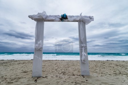 Photo pour Arc de mariage sur la plage et mauvais temps - image libre de droit