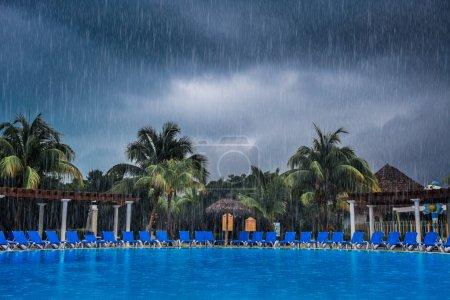 Photo pour Mauvais temps pendant les vacances à la piscine d'un beau complexe - image libre de droit
