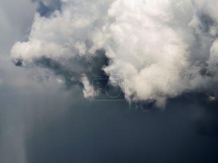 Photo pour Nuages gris orage lourd foncé. Ciel dramatique . - image libre de droit