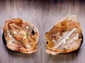 Pečená ryba na dřevěný stůl