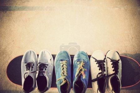 Photo pour Baskets et skateboard au skatepar - image libre de droit