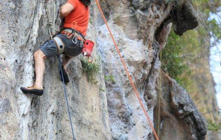 grimpeur sur la falaise