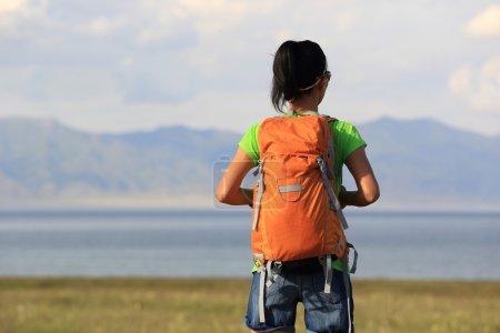 Photo pour Jeune femme randonneuse profitant de la vue sur la belle mer - image libre de droit