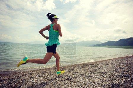 Photo pour Mode de vie sain jeune femme fitness coureur courir sur la route au lever du soleil bord de mer - image libre de droit