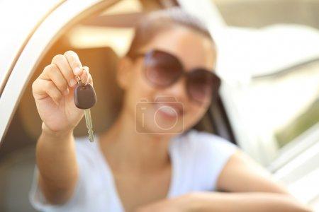 Photo pour Femme heureuse conducteur tenir les clés de voiture dans sa nouvelle voiture - image libre de droit