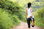 Frau Läufer Aufwärmen im freien