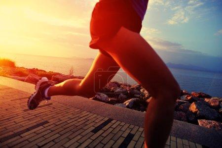 Photo pour Athlète coureur courant au bord de la mer. femme fitness silhouette lever de soleil jogging séance d'entraînement concept de bien-être . - image libre de droit