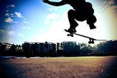 Muž s skateboard na skatepark