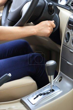 Autofahrerin startet Auto