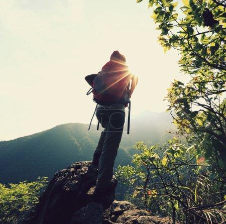 Photo pour Femme randonneur au sommet de la montagne - image libre de droit