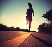 Fitness žena běží na východ slunce