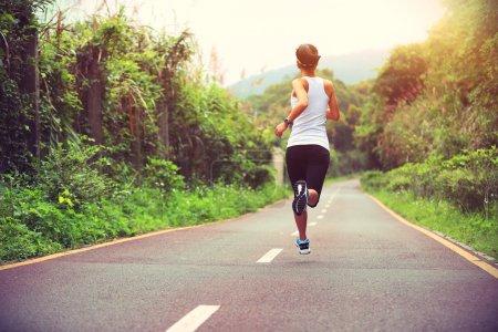 Photo pour Athlète féminine en cours d'exécution. fitness femme jogging concept de bien-être d'entraînement. - image libre de droit