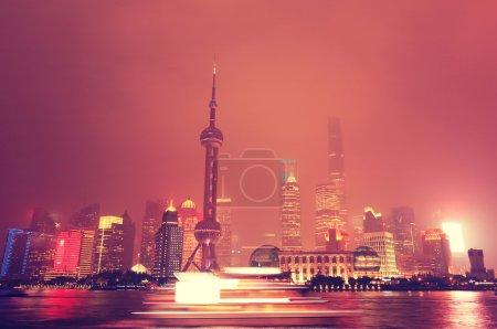 Photo pour Architecture de la skyline de Shanghai dans la nuit - image libre de droit