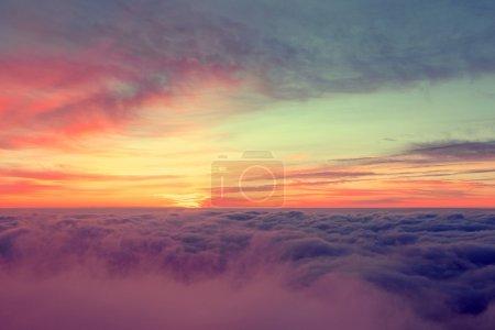 Photo pour Beau lever de soleil sur le sommet de la montagne - image libre de droit