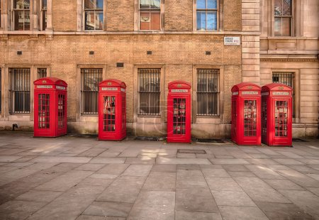 Photo pour Row of five classic K2 phone boxes in Covent Garden at Broad Court - image libre de droit