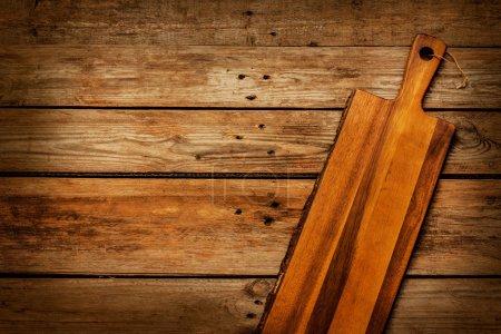 Foto de Tablero de corte de madera vintage vacío en mesa de tablones rústica capturada desde arriba (vista superior). Paisaje de cocina rural. Diseño de fondo con espacio de texto libre. - Imagen libre de derechos