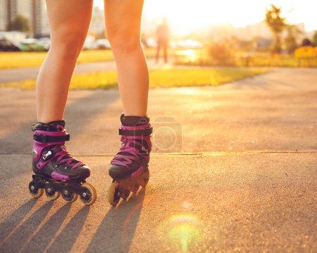 Photo pour Gros plan sur les chaussures à roulettes - Concepts de la jeunesse, du sport, du mode de vie - image libre de droit