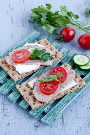 Crisp bread with cheese and smoked turkey meat