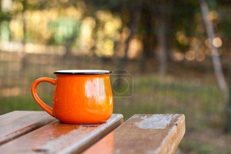 Photo pour Tasse en émail orange - image libre de droit