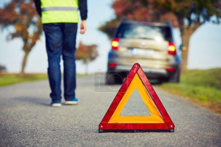 Photo pour Triste homme ayant des problèmes de voiture sur la route de campagne . - image libre de droit