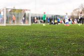 Rozostření mladých chlapců hrají fotbalový zápas