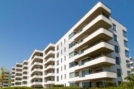 Photo pour Condominium sur une journée d'été ensoleillée à hellerup, une banlieue de Copenhague, Danemark. - image libre de droit