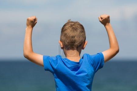 Photo pour Jeune garçon caucasien au Danemark un jour d'été . - image libre de droit