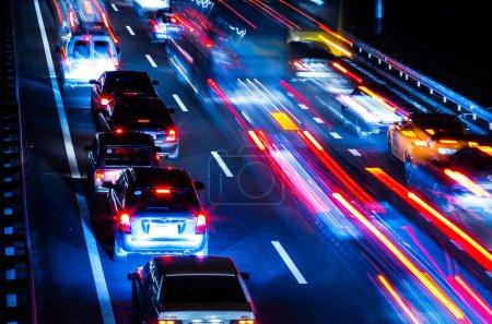 Photo pour Trafic de nuit avec des traces floues de voitures - image libre de droit
